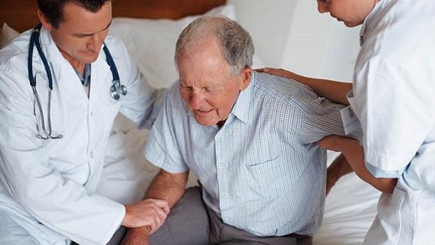 Anziani e salute: il rischio di cadere aumenta con l'età