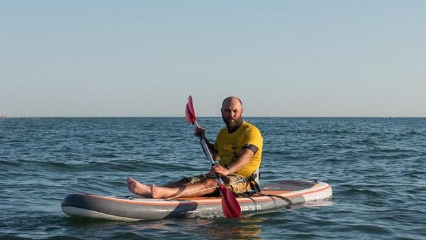 Massimiliano, il surfista in sedia a rotelle