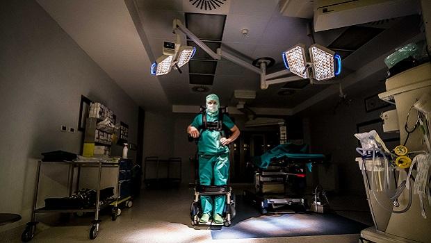 La storia di un chirurgo paralizzato che opera grazie ad un esoscheletro
